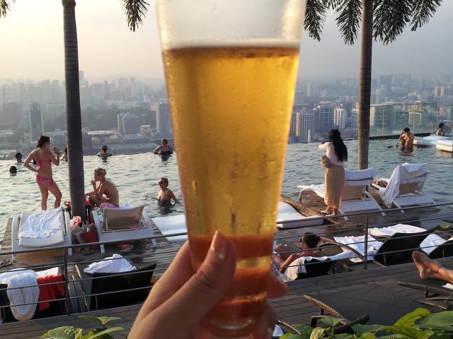 屋上プールで乾杯